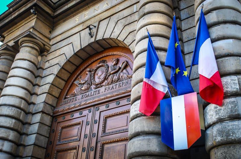 Puerta del senado de París con el indicador fotos de archivo libres de regalías