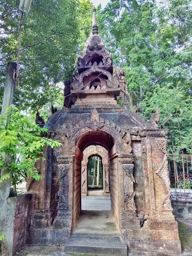 Puerta del templo viejo fotos de archivo libres de regalías