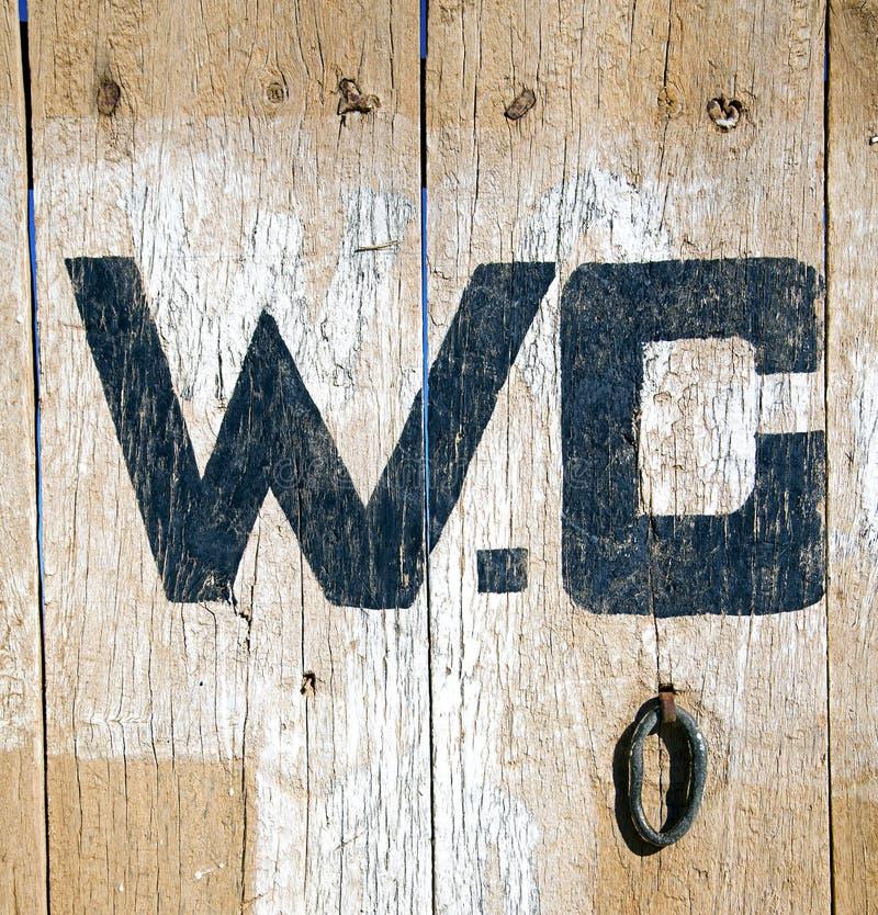 Puerta del Wc en marrón de madera de Marruecos África imagenes de archivo
