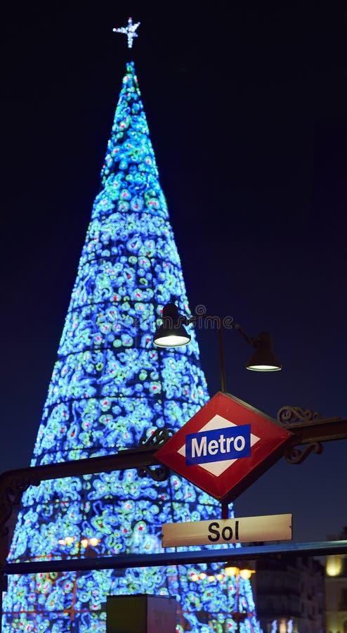 Puerta Del Zol kwadrat Madryt iluminował bożonarodzeniowe światła zdjęcie stock