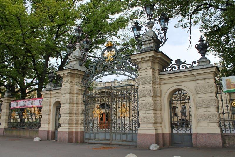 Puerta delantera de la casa de St Petersburg de la música St Petersburg fotos de archivo libres de regalías