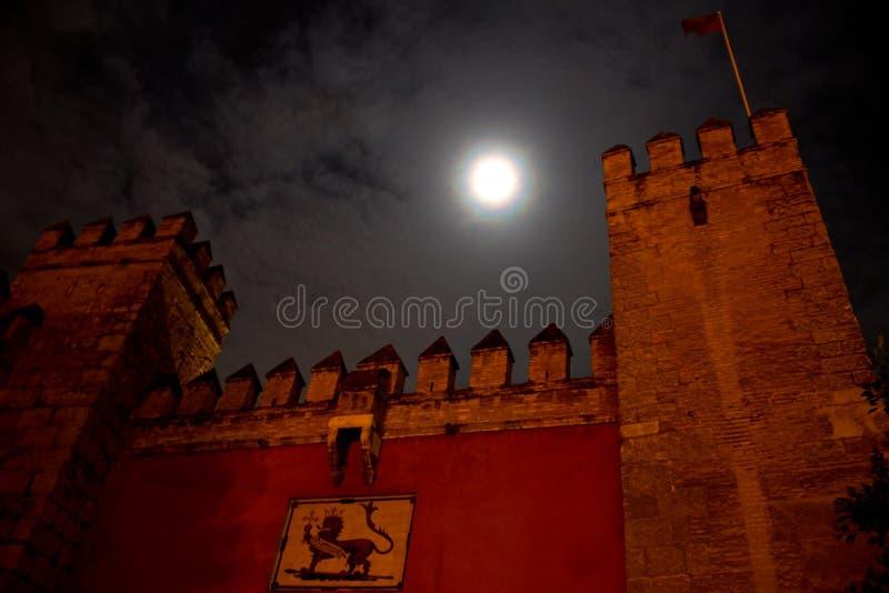 Puerta delantera del alcazar de la fortaleza del moorish en Sevilla fotos de archivo