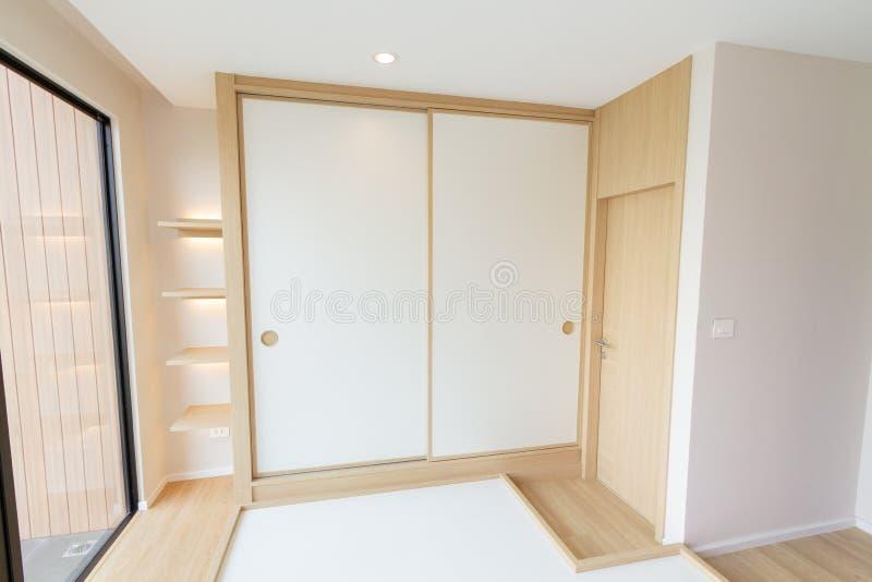 Puerta deslizante blanca del Japonés-estilo grande del guardarropa fotos de archivo libres de regalías