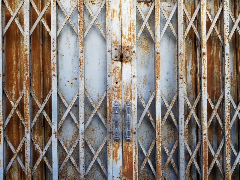 Puerta deslizante plegable del acero rústico fotos de archivo libres de regalías