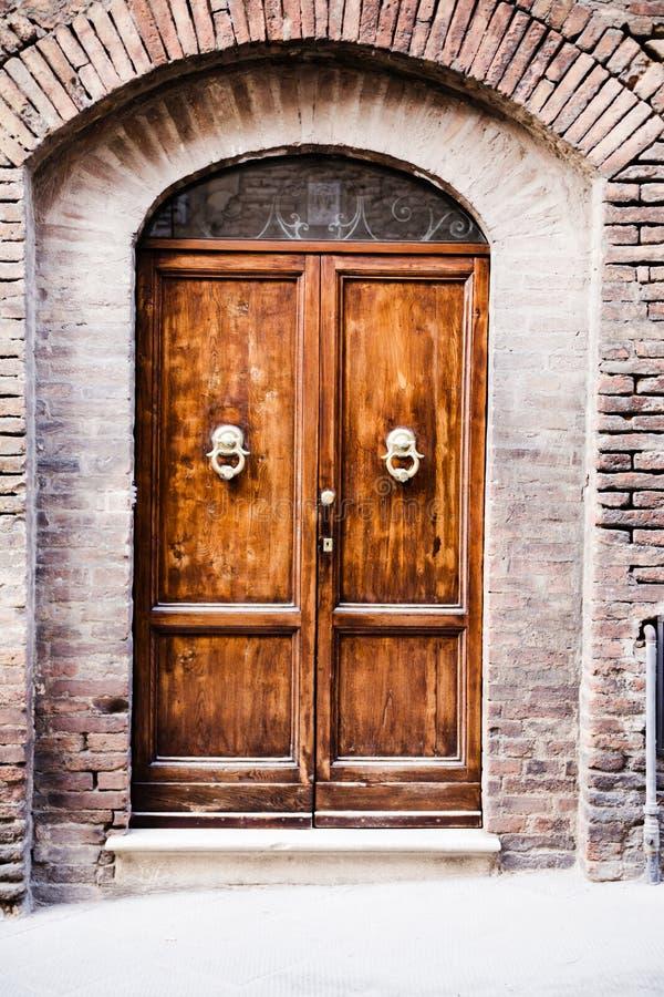 Puerta destruida vieja al hogar toscano imagen de archivo libre de regalías