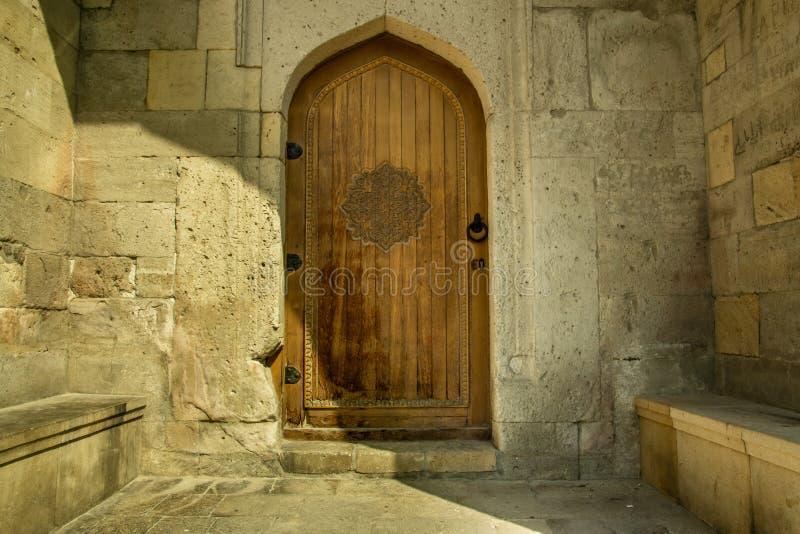 Puerta diseñada oriental árabe en Azerbaijan en ciudad vieja fotografía de archivo libre de regalías