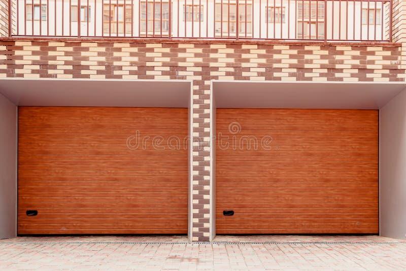 Puerta doble de madera del garaje Garaje moderno en el nuevo edificio fotografía de archivo libre de regalías
