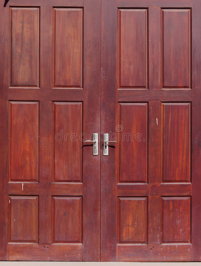 Puerta doble de madera dura abandonada resistida usada vieja del color rojo marrón fotos de archivo libres de regalías