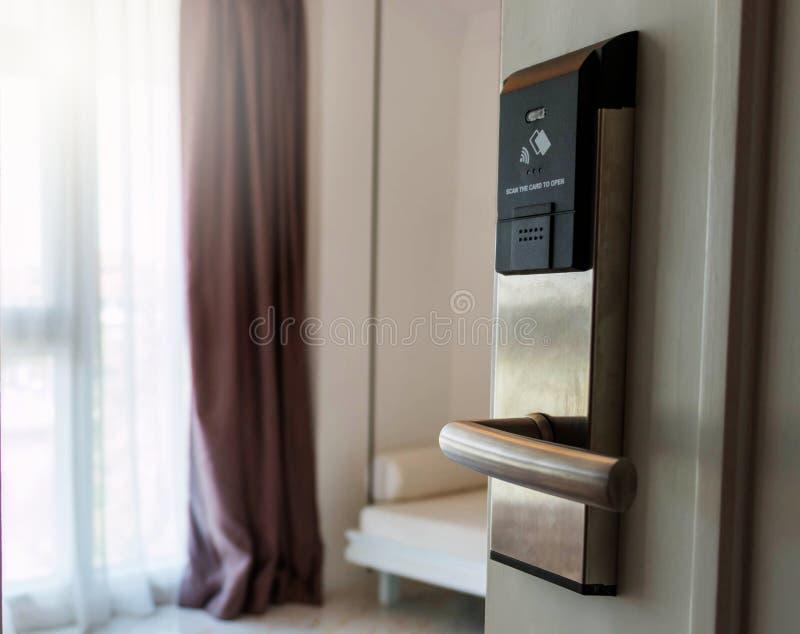 Puerta electrónica en la habitación imagenes de archivo