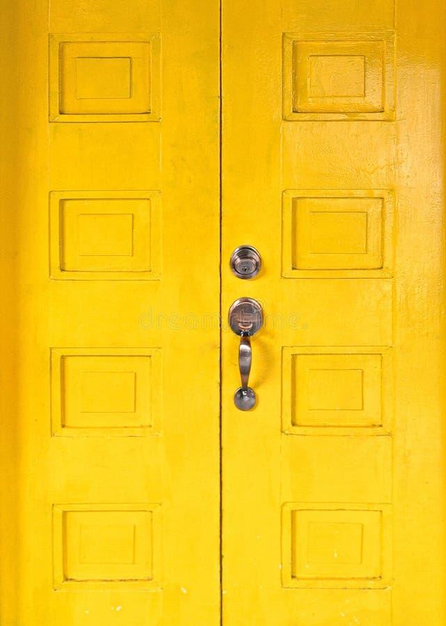 Puerta elegante de madera amarilla vieja foto de archivo libre de regalías