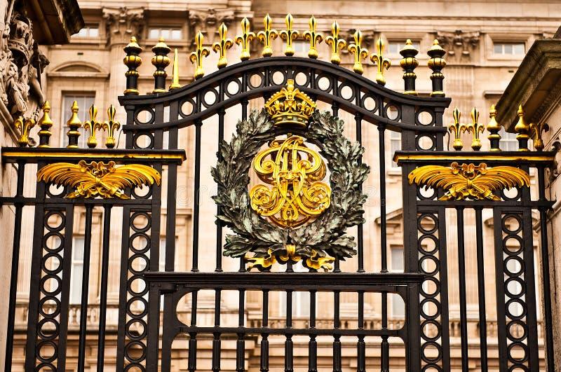 Puerta en el Buckingham Palace fotografía de archivo