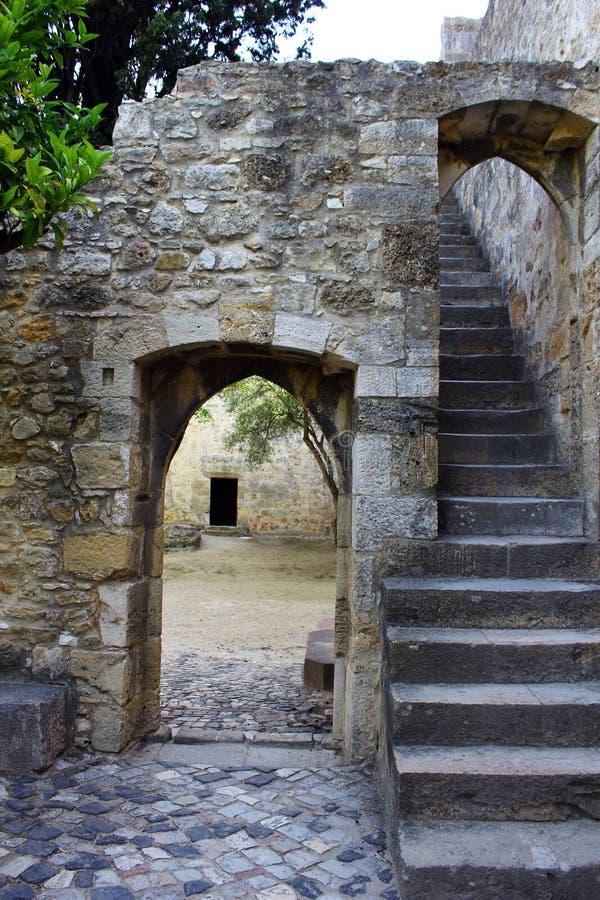 Puerta en el castillo de San Jorge, Lisboa, Portugal imágenes de archivo libres de regalías