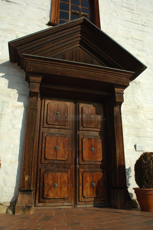 Puerta en la misión española imagenes de archivo