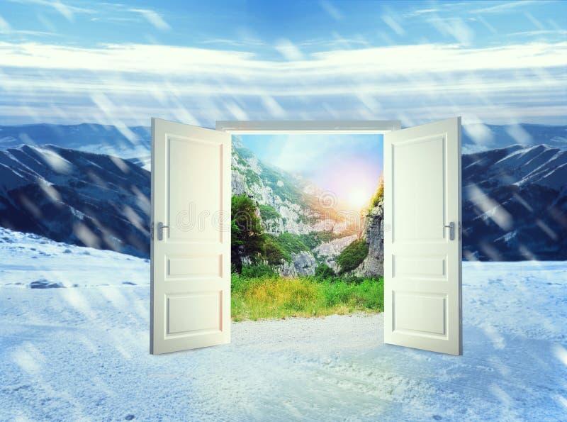 Puerta en montañas del invierno foto de archivo