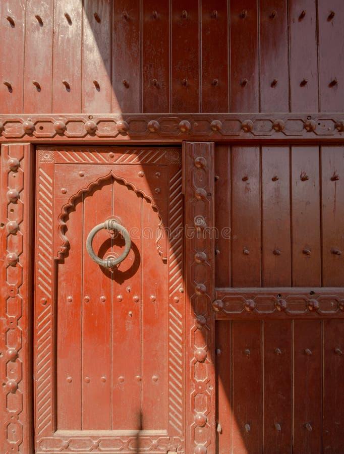 Puerta en Nizwa, fuerte del panorama de la península árabe de Omán imagen de archivo