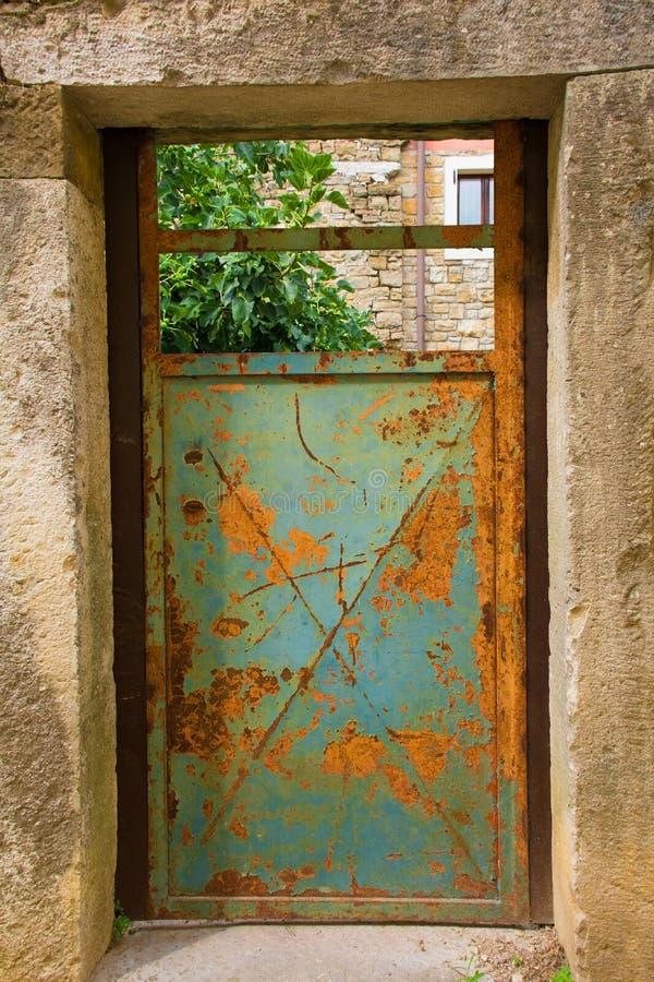 Puerta en Oprtalj imágenes de archivo libres de regalías