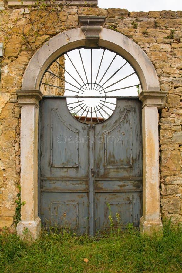 Puerta en Oprtalj imagen de archivo libre de regalías