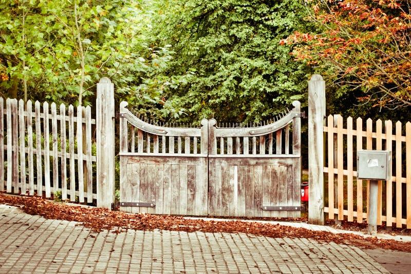 Puerta en otoño fotos de archivo