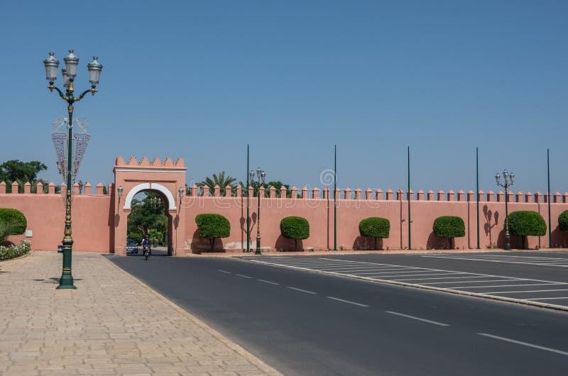 Puerta en paredes viejas de la ciudad, Marrakesh Medina, Marruecos imagenes de archivo