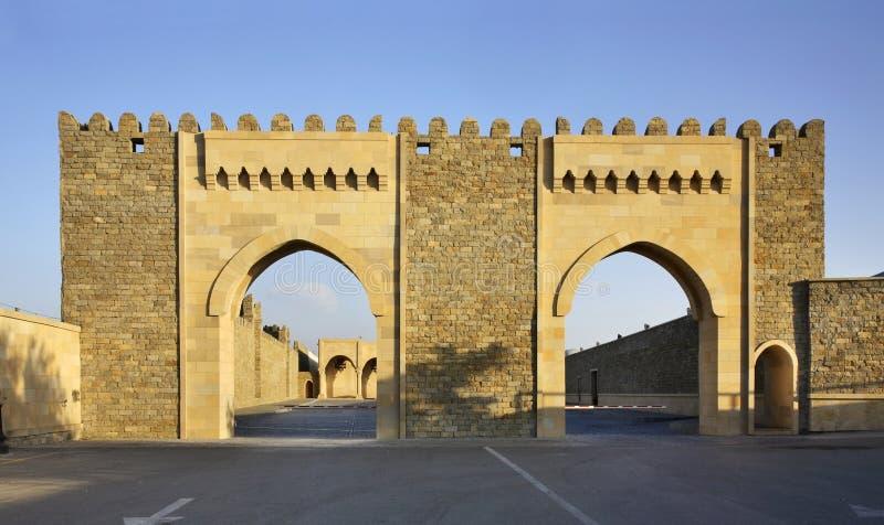 Puerta en Suraxanı cerca de Baku azerbaijan imagen de archivo