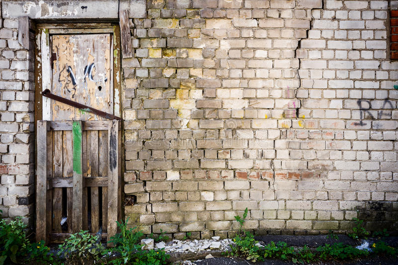 Puerta en una pared imagenes de archivo