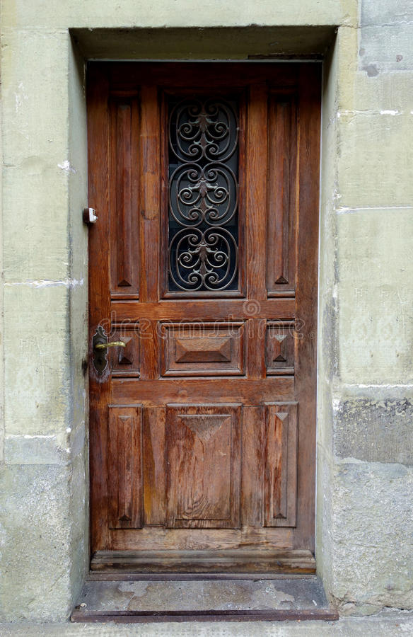 Puerta europea vieja con la trabajo de metalistería de lujo imagenes de archivo