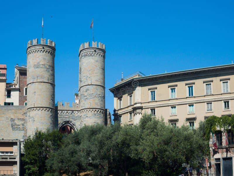 Puerta famosa de Genoa Porta Soprana con las torres almenadas fotografía de archivo libre de regalías