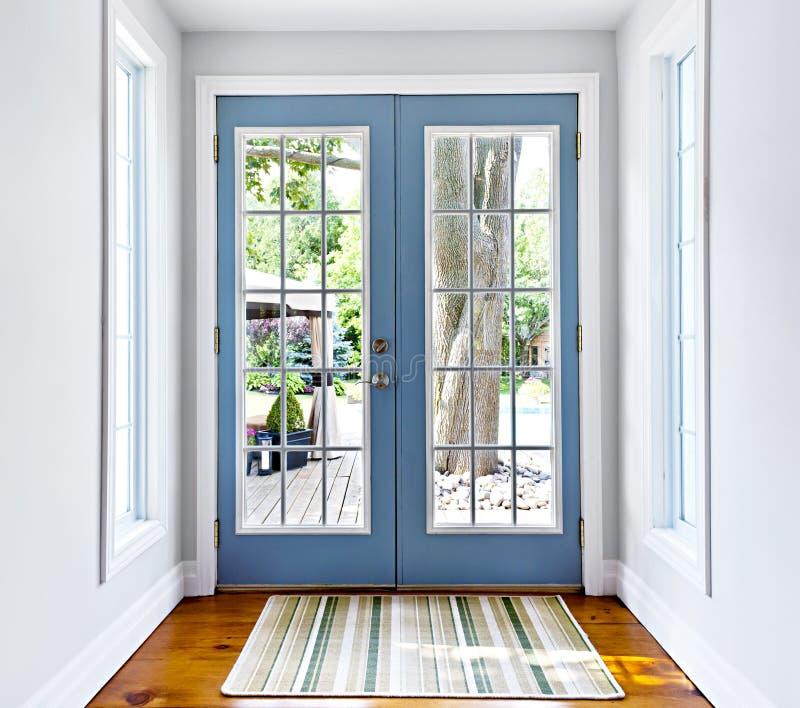 Puerta francesa del vidrio del patio fotografía de archivo