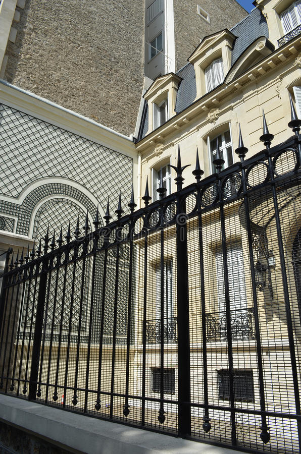 Puerta fuera del hogar en París, Francia imagenes de archivo