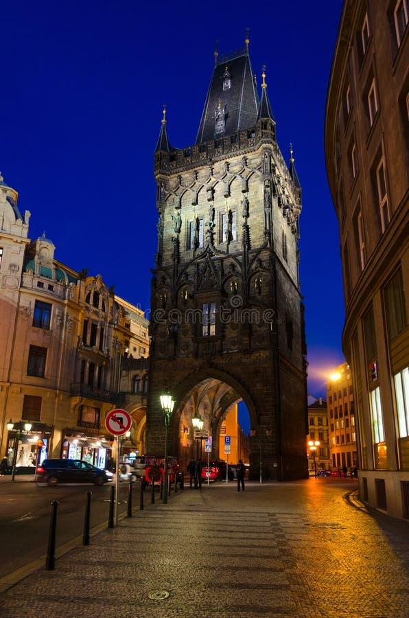Puerta gótica medieval por la tarde, Praga, República Checa del polvo de la torre del polvo imagenes de archivo