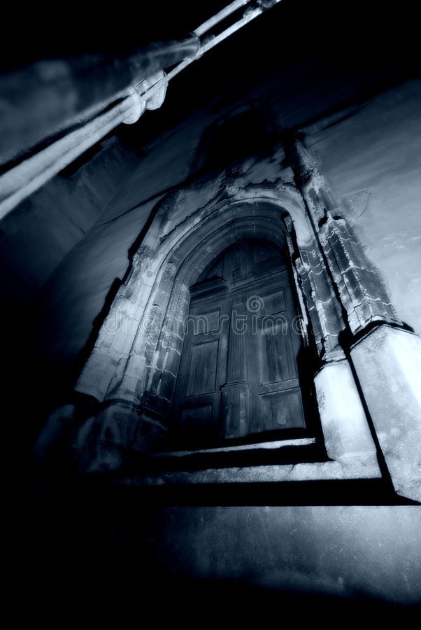 Puerta gótica oscura   imagenes de archivo