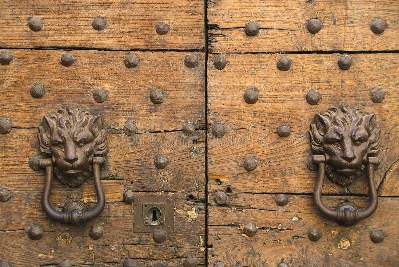 puerta-golpeadores foto de archivo libre de regalías
