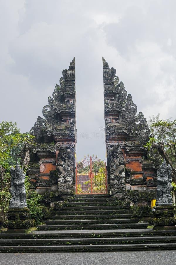 Puerta grande - entrada al templo hindú en Ubud, Bali foto de archivo libre de regalías