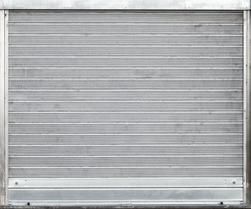 Puerta gris del garaje del metal con las persianas enrrollables imagenes de archivo