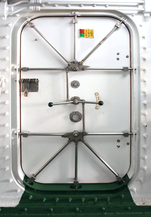 Puerta hermética en una nave imagenes de archivo