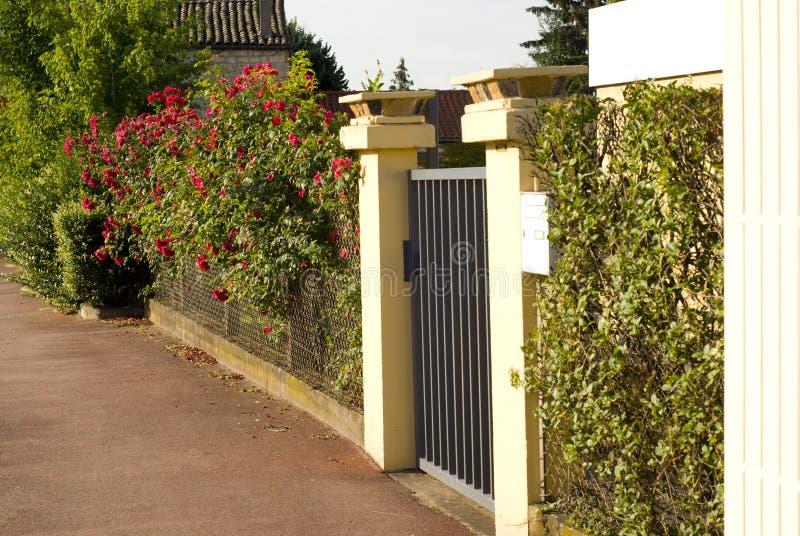 Puerta hermosa, entrada a una yarda delantera fotos de archivo