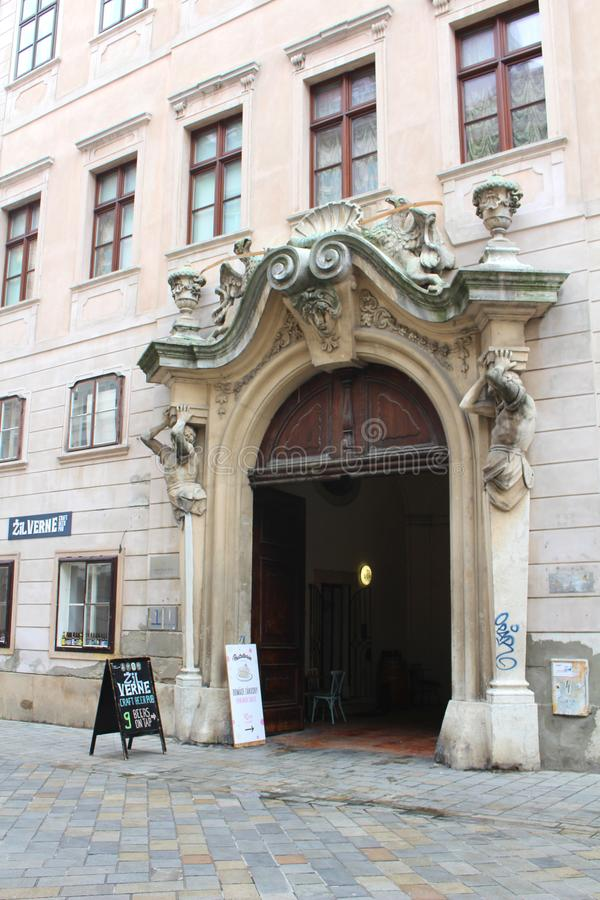 Puerta histórica ornamental de un palacio de la ciudad - parte del centro histórico de Bratislava, capital de Eslovaquia en Europ imágenes de archivo libres de regalías