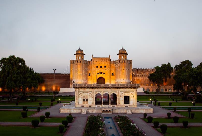 Puerta icónica de Alamigiri del fuerte en Lahore en la puesta del sol, Paquistán imagenes de archivo
