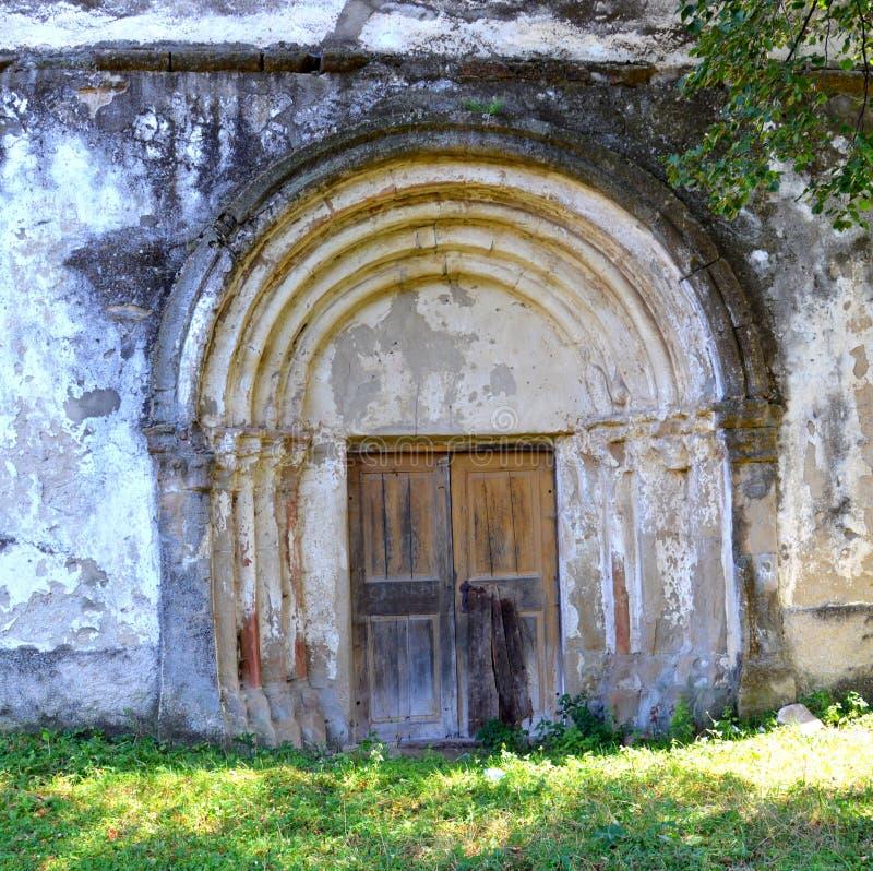 puerta Iglesia evangélica sajona medieval fortificada en el pueblo Toarcla, Tartlau, Transilvania, Rumania fotos de archivo libres de regalías