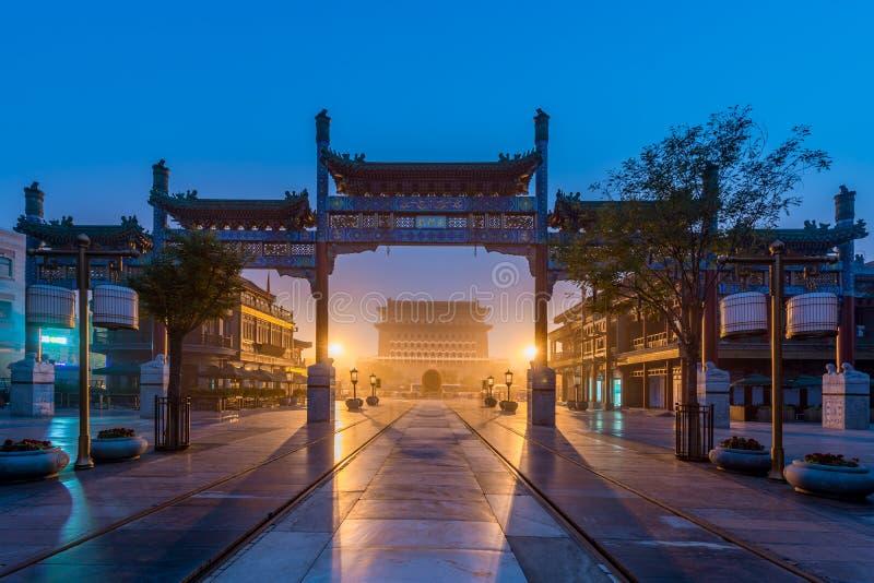 Puerta Jianlou de Pekín Zhengyang en la noche en la calle de Qianmen en la ciudad de Pekín, China imagenes de archivo