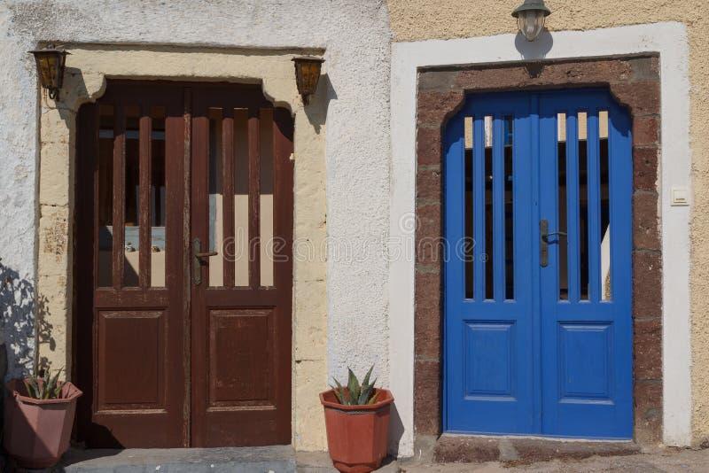 Puerta a la casa privada en el pueblo tradicional Pyrgos de Cícladas foto de archivo