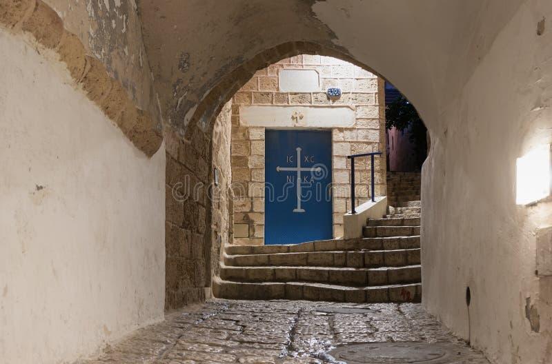 Puerta a la iglesia griega de San Miguel en las muestras del carril del zodiaco en la noche adentro en la ciudad vieja Yafo en el imagenes de archivo