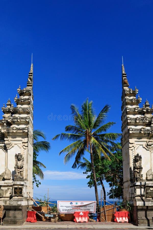 Puerta a la playa en Bali cerrada debido a la pandemia COVID-19 foto de archivo libre de regalías