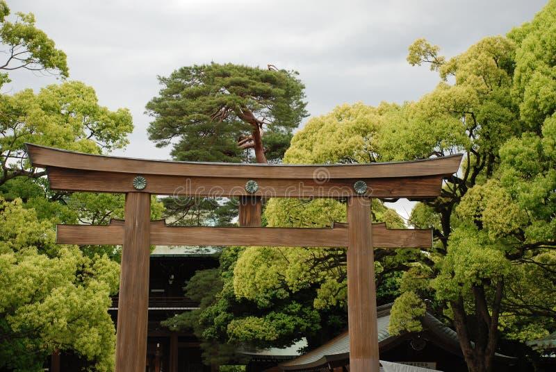 Puerta magnífica de la capilla en el templo de Meiji Jingu, Tokio fotografía de archivo