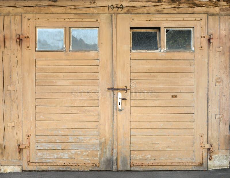 Puerta marrón clara del garaje con las ventanas fotos de archivo libres de regalías