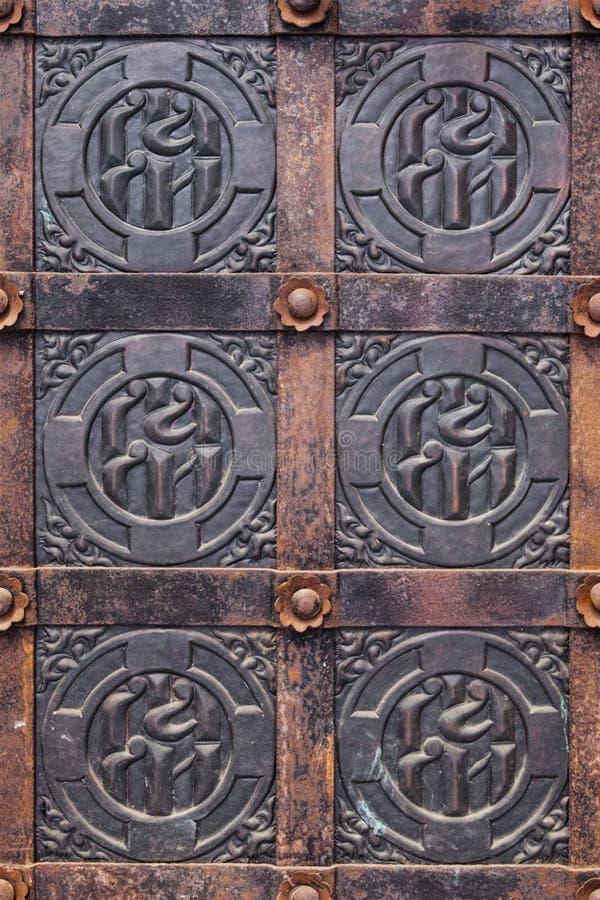 Puerta medieval con el modelo imagenes de archivo