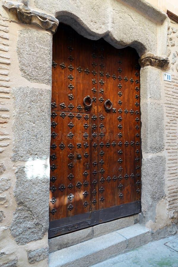 Puerta medieval con los ornamentos españoles en Toledo, España imágenes de archivo libres de regalías