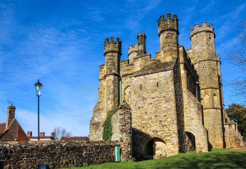 Puerta medieval en la abadía de la batalla en Hastings, Reino Unido foto de archivo libre de regalías