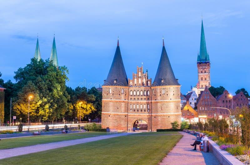 Puerta medieval en la noche, Lubeck, Alemania de Holstentor imagenes de archivo