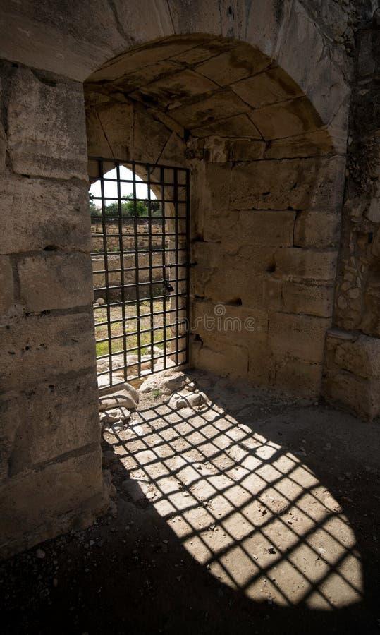 Puerta metálica de la entrada del castillo fotos de archivo libres de regalías